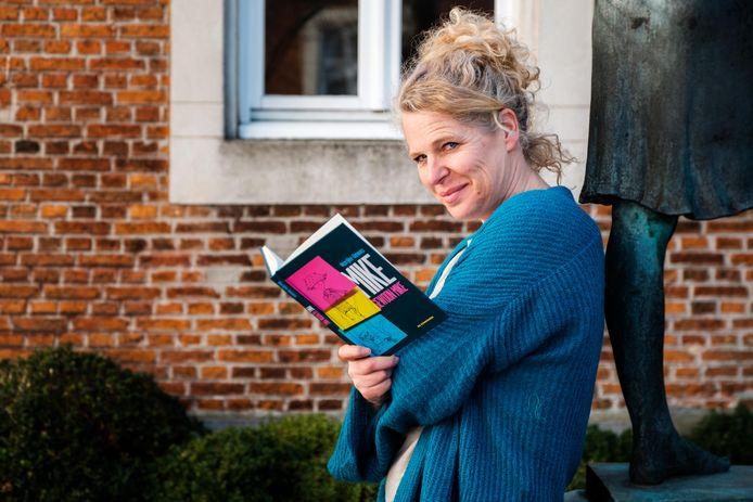 Marijke Umans met haar nieuwste boek.