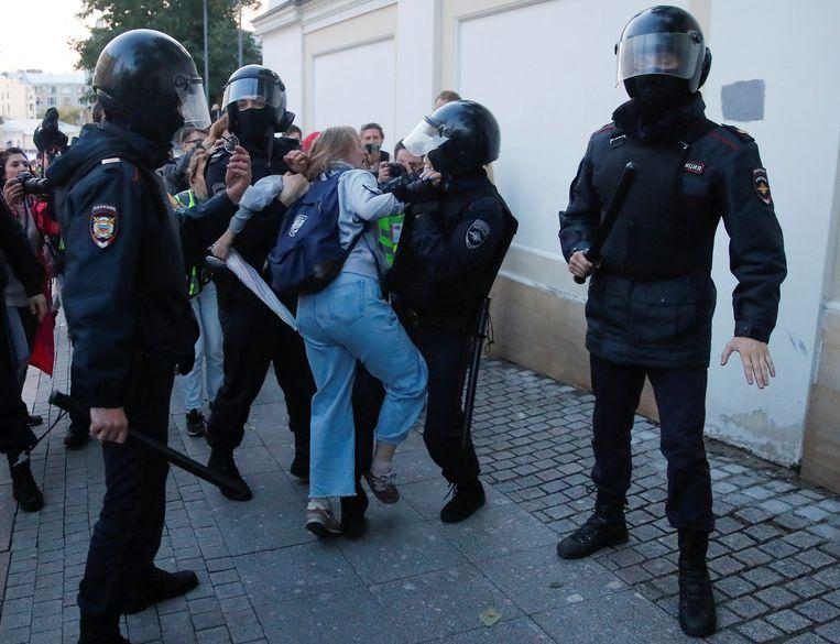 Daria Sosnovskaya werd zaterdag tijdens een protest in Moskou hardhandig aangepakt door de politie.