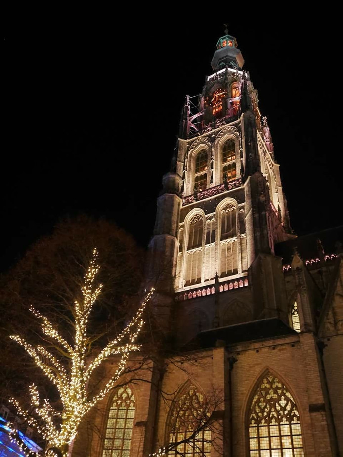 Nieuwe verlichting Grote Kerk onthuld (video) | Breda | AD.nl