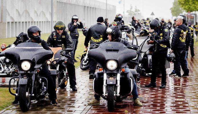 Leden van de Satudarah vertrekken bij het het Justitieel Complex Schiphol.
