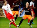 Jorrit Hendrix zet zijn voet op de enkel van Simon Gustafson van FC Utrecht en krijgt een rode kaart.