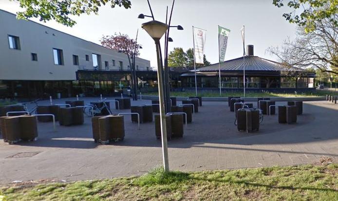 Vanaf de paaltjes naast de fietsenstalling tot aan de entree van de Trefkoele+ wordt vanaf september een rookvrije zone ingesteld.