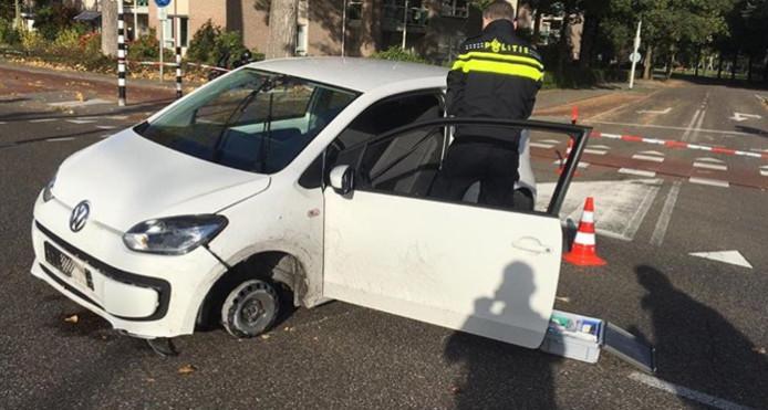 De gestolen Volkswagen Up strandde met nog maar drie banden.