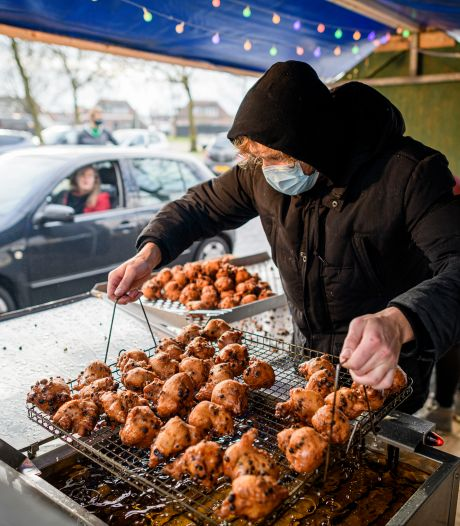 Lockdown of niet, Advendo in Nijverdal bakt oliebollen: 'Drie generaties helpen mee'