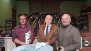 Rotary Club schenkt computers en fietsen aan Wilgenduin