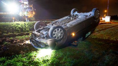 Auto belandt op zijn dak in akker langs Oudenaardseweg: bestuurster naar ziekenhuis