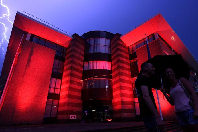 Het gemeentehuis in Breda. Het verlichten van de gebouwen gebeurt in het kader van de ludieke, wereldwijde actie.