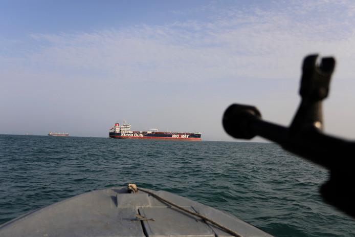 Een speedboot van de Iraanse Revolutionaire Garde en de Britse olietanker Stena Impero op de achtergrond.