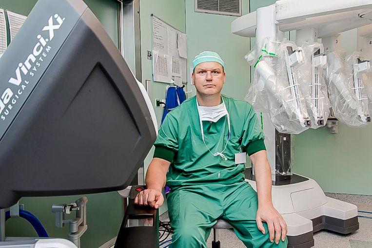 Chirurg Hans Verhelst bij de operatierobot.