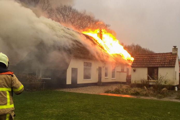 Een boerderij in Hulshorst staat in de brand.
