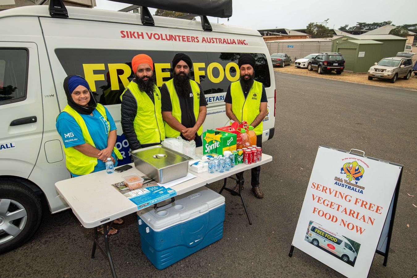 Sukhwinder Kaur (links) heeft al duizenden maaltijden bereid voor de gemeenschap in het door bosbranden getroffen gebied in Bairnsdale.