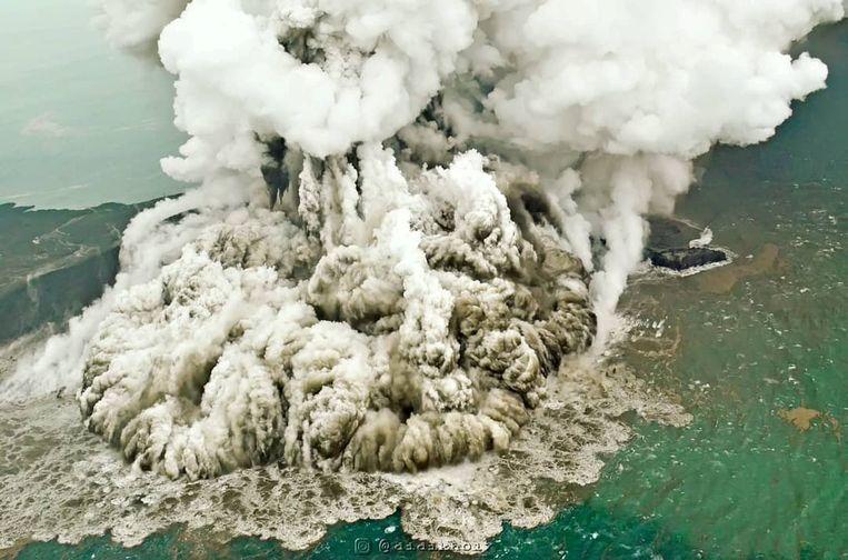 Rook en as uit de vulkaan Anak Krakatau in Indonesië.