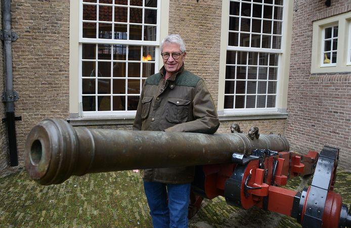 Wijnand Renden bij het kanon uit 1552 op de binnenplaats van het Stadhuismuseum in Zierikzee, waar één van de zeven verhalen in de 45e Kroniek van het land van de zeemeermin over gaat.