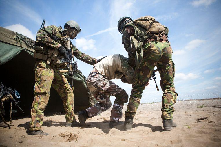 Nederlandse militairen in Polen tijdens een Navo-oefening.  Beeld Julius Schrank