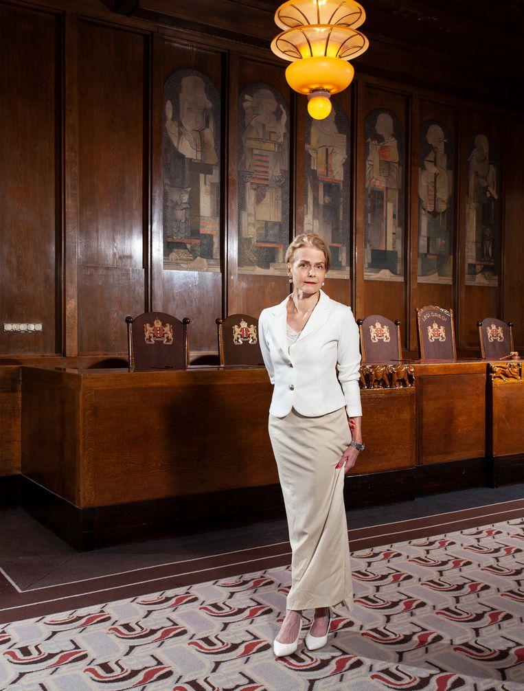 Julie Habraken in de voormalige raadszaal van de Amsterdamse gemeenteraad. Nu Sofitel Legend The Grand Amsterdam.   Beeld Friso Keuris