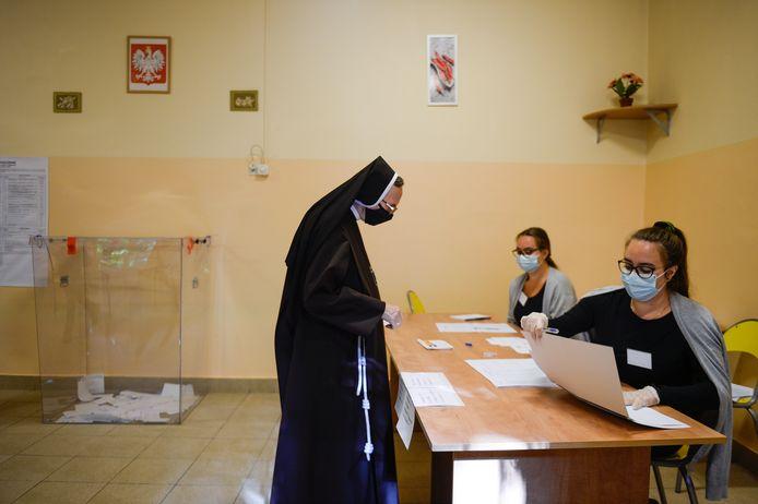 Een non brengt vanochtend haar stem uit in Krakau.