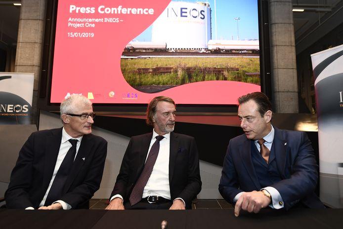 Presentatie mega-investering Ineos in Antwerpen januari dit jaar, met vlnr voormalig Vlaams minister-president Geert Bourgeois, Ineos-topman Sir Jim Ratcliffe en Antwerps burgemeester Bart De Wever.