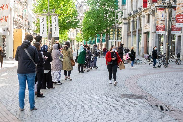 Aan de stadsfeestzaal stond vandaag een wachtrij van mensen voor een bezoek aan de Action.
