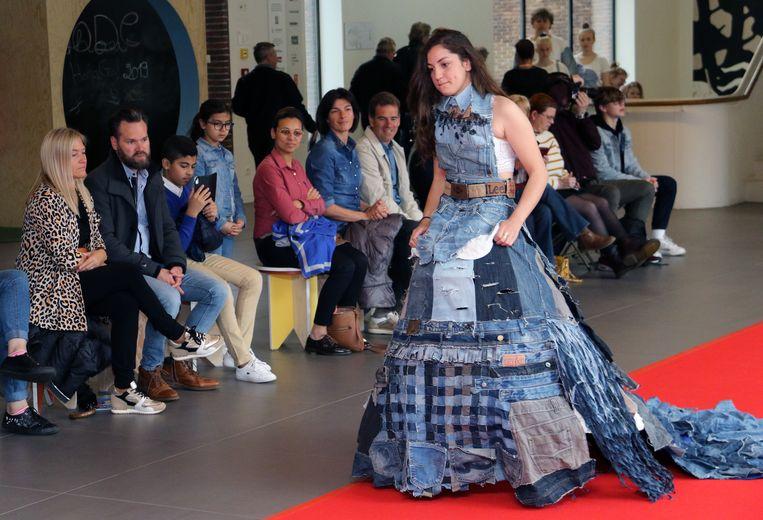 De modeshow met gerecycleerde kledij