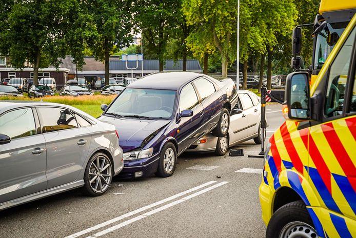 Automobilist kan niet op tijd remmen en schuift onder de auto voor hem.