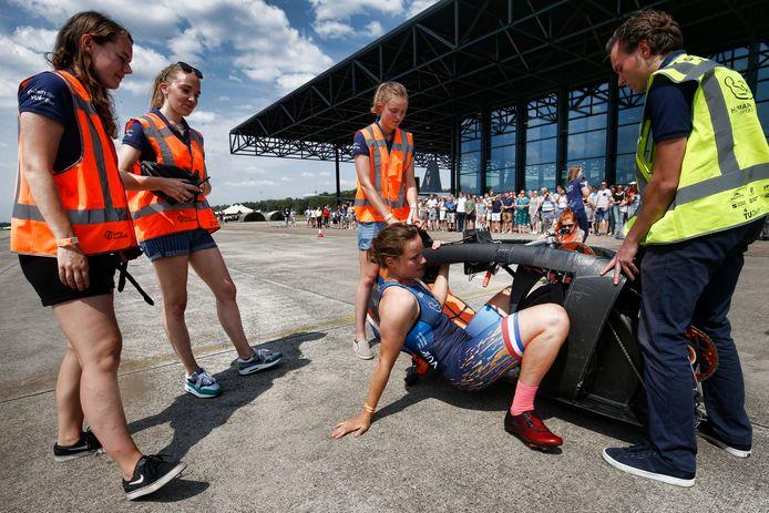 Rosa Bas kruipt in de aerodynamische fiets, waarmee ze afgelopen dinsdag een wereldrecord fietste.