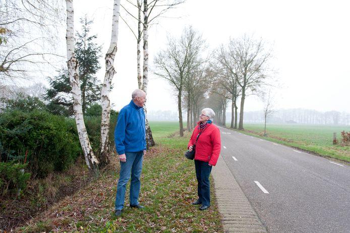 Waar blijft de buurtbus? Chauffeur Bertus Wernsen voor de deur bij Mariet Kleinherenbrink in Nieuw-Heeten. Ze is fervent gebruiker van de buurtbus.