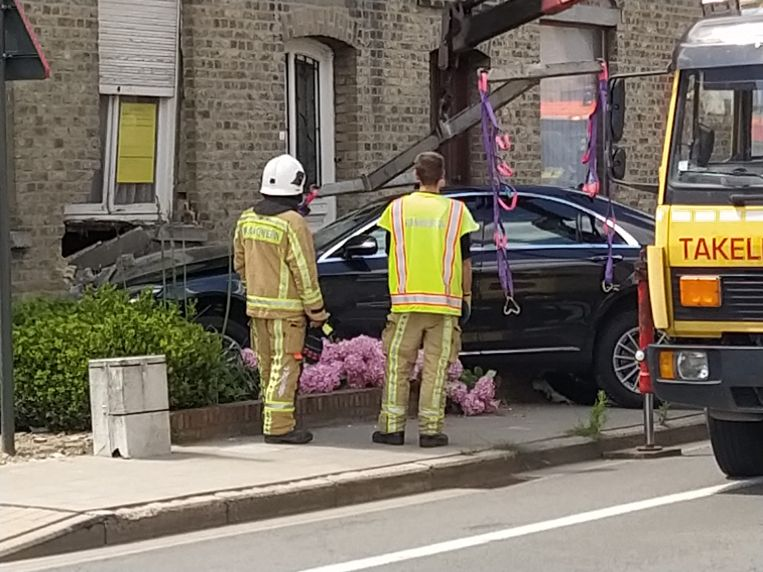 De auto eindigde tegen de gevel van een leegstaande woning. Gelukkig raakte niemand gewond.