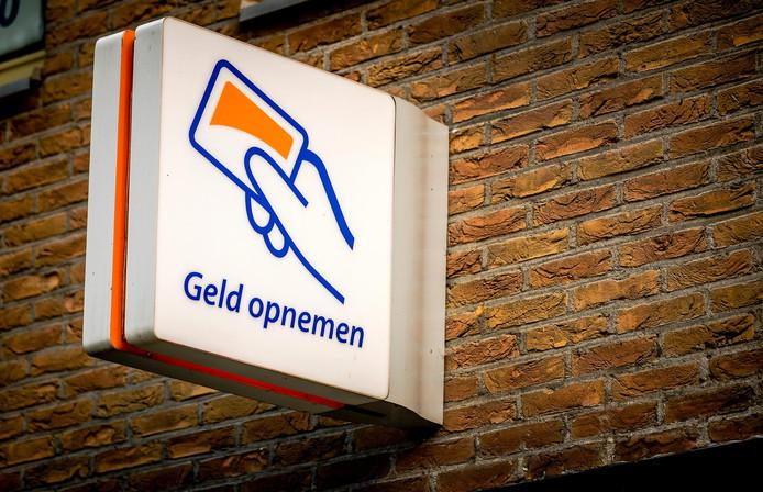 Na diefstal van de bankpas werd gepind bij een automaat van de Rabobank in Alphen.
