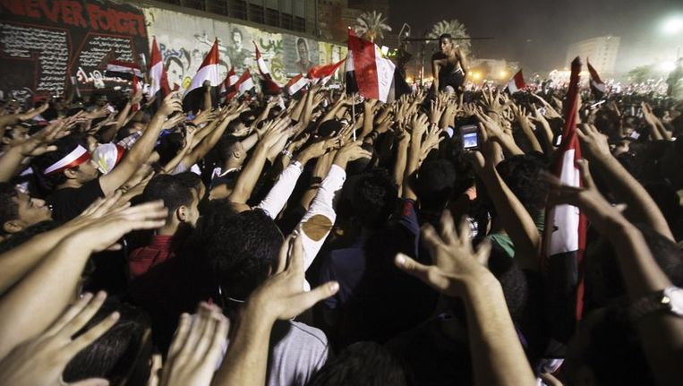 Anti-Morsi-demonstranten juichen soldaten van het leger toe Beeld reuters