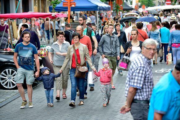 De shoppers krijgen op zaterdag en zondag voorrang op het verkeer.