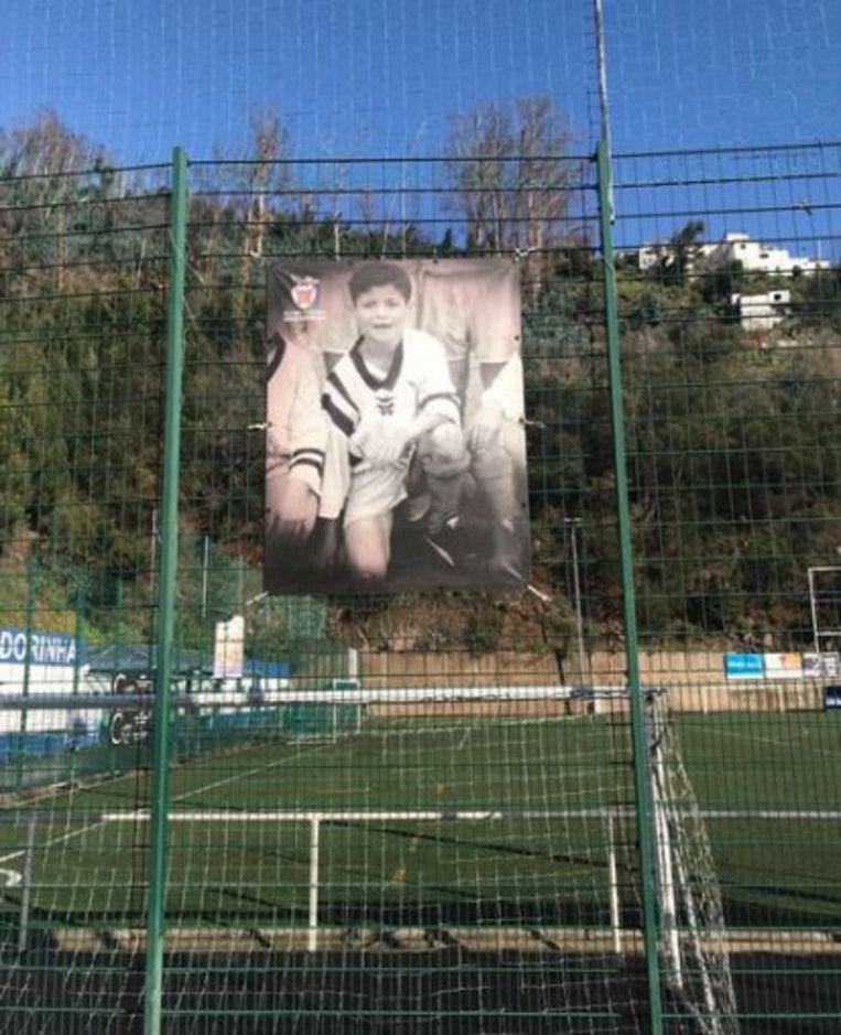 De grote foto van Ronaldo aan de ingang van Clube Futebol Andorinha.