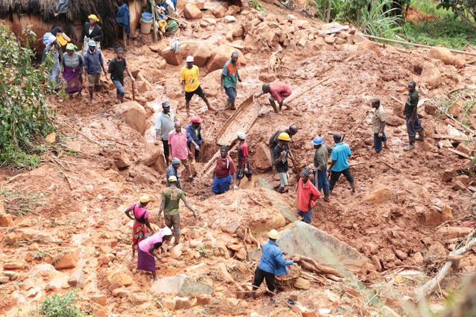 Een familie in Zimbabwe zoekt naar een zoon die is verdwenen in de modder.
