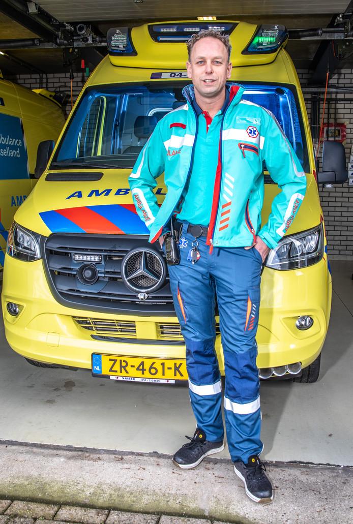 Ambulancemedewerker Sander de Jong in zijn nieuwe pak waaraan hij zelf heeft meegewerkt tijdens de testfase.