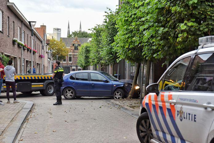 Postbezorger beroofd van auto, vindt hem gecrasht terug op de Langestraat in Tilburg.