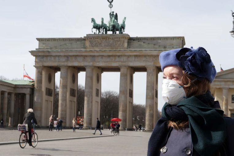 Een toerist aan de Brandenburger Tor in Berlijn.