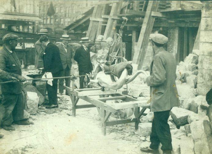 Het terugplaatsen van de draak in 1933.