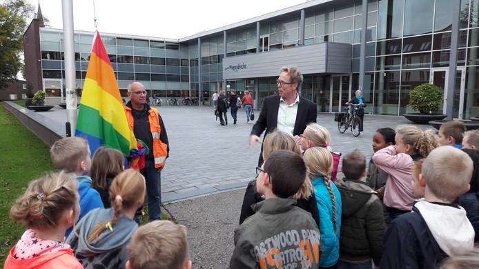 De Woensdrechtse wethouder Lars van der Beek hijst jaarlijks op Coming Out-dag de regenboogvlag bij het gemeentehuis in Hoogerheide, zoals hier in 2017 in aanwezigheid van basisschoolleerlingen. ,,Ons college zal altijd voor tolerantie staan.'