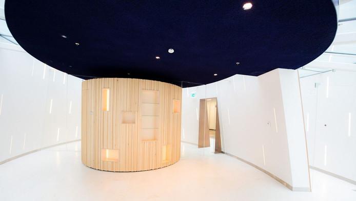 Het stiltecentrum in het Delftse ziekenhuis. In het midden (hout) is de islamitische gebedsruimte.