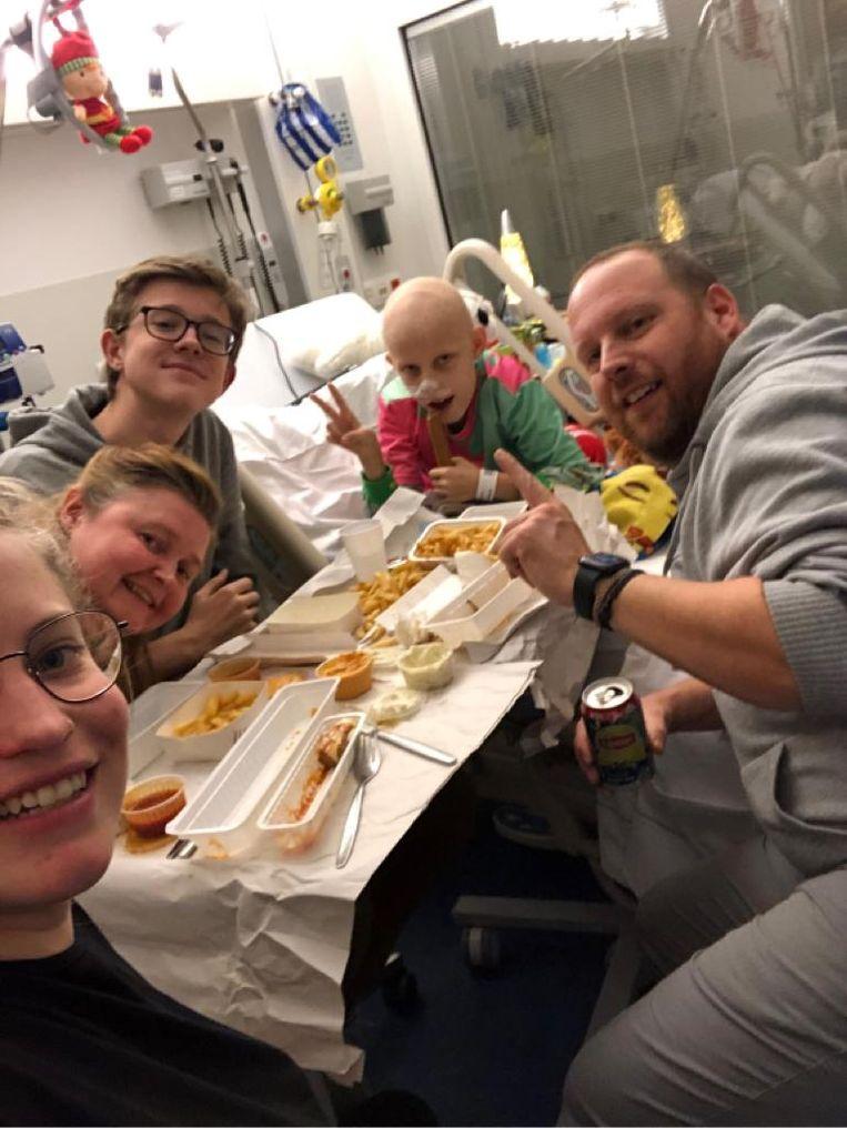 Familiemomentje in het ziekenhuis - het nabije frituur bakt frietjes op 'steriele wijze', zodat de kinderen wel af en toe kunnen genieten.