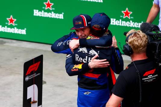 Max Verstappen omhelst zijn voormalige teamgenoot Pierre Gasly