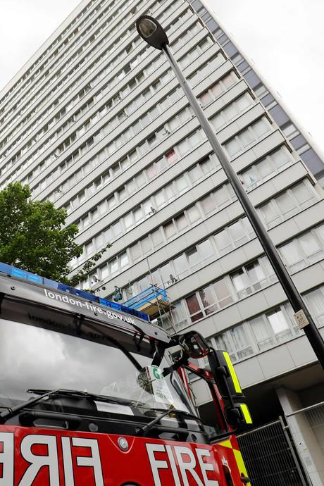 Engelsen halen met spoed gevaarlijke 'Grenfell-tegels' van flats