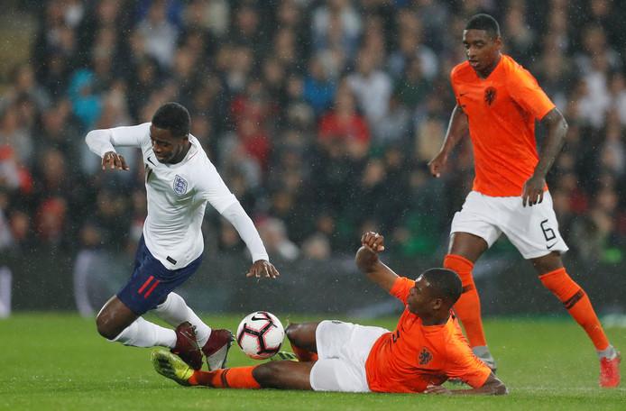 Jong Oranje en Jong Engeland speelden in Engeland gelijk: 0-0. Pablo Rosario probeert de liggende Denzel Dumfries te hulp te schieten.
