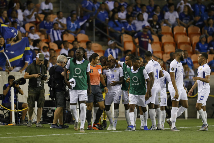 Feest bij Curaçao na de goal van Leandro Bacuna.