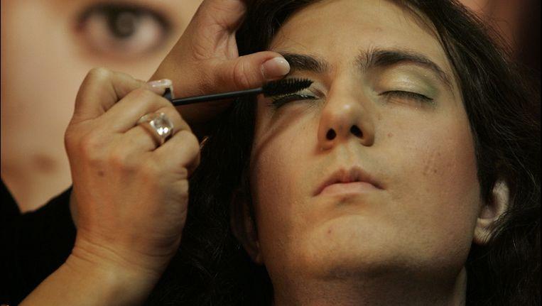 Een bezoeker van de makeupstand op de Transgender Info Dag in 2008. © ANP Beeld