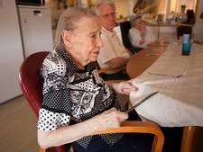 Taarten bakken en ramen lappen met ouderen in verpleeghuis