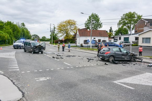 Als gevolg van het ongeval was het kruispunt helemaal versperd.