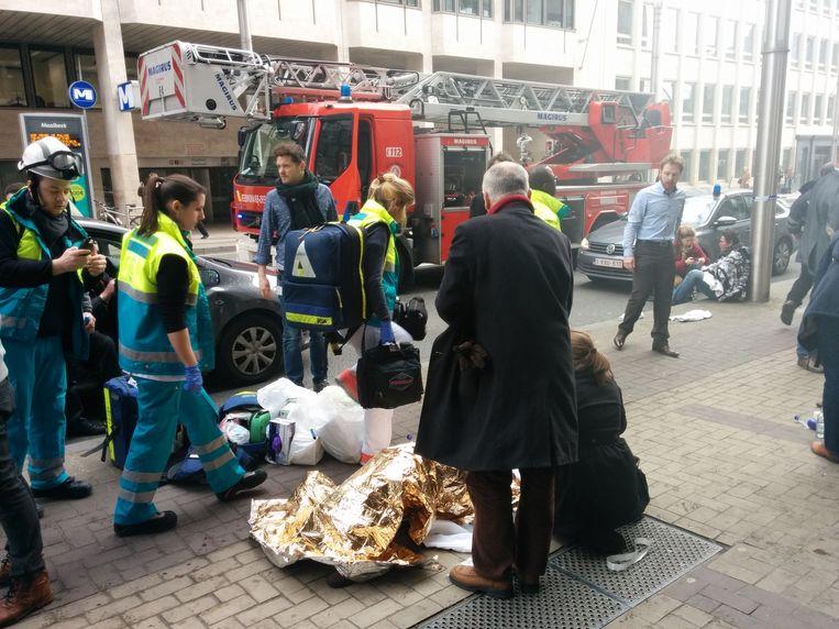 Gewonden liggen op straat bij metrostation Maalbeek Beeld anp
