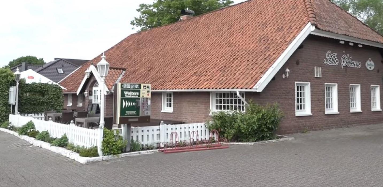 Het feest met zo'n 40 genodigden werd gegeven om de renovatie en heropening te vieren van het restaurant bij Leer.
