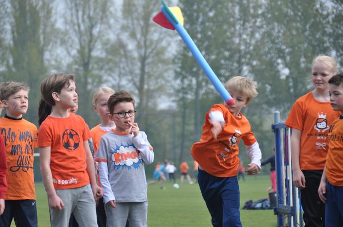 In het vrolijk oranje getooid namen de kinderen van basisschool De Veste vrijdag deel aan de Koningsspelen.