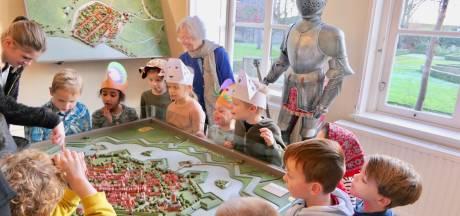 Kinderen in de ban van geschiedenis in Gouverneurshuis Heusden